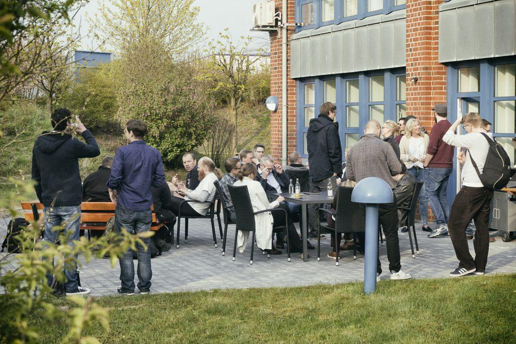 Die Montagscamper haben sich auf der Terrasse des Technologiezentrums zum gemeinsamen Grillen versammelt. (Foto: Lena Milau)