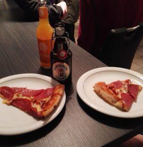 Pizza und Kaltgetränk